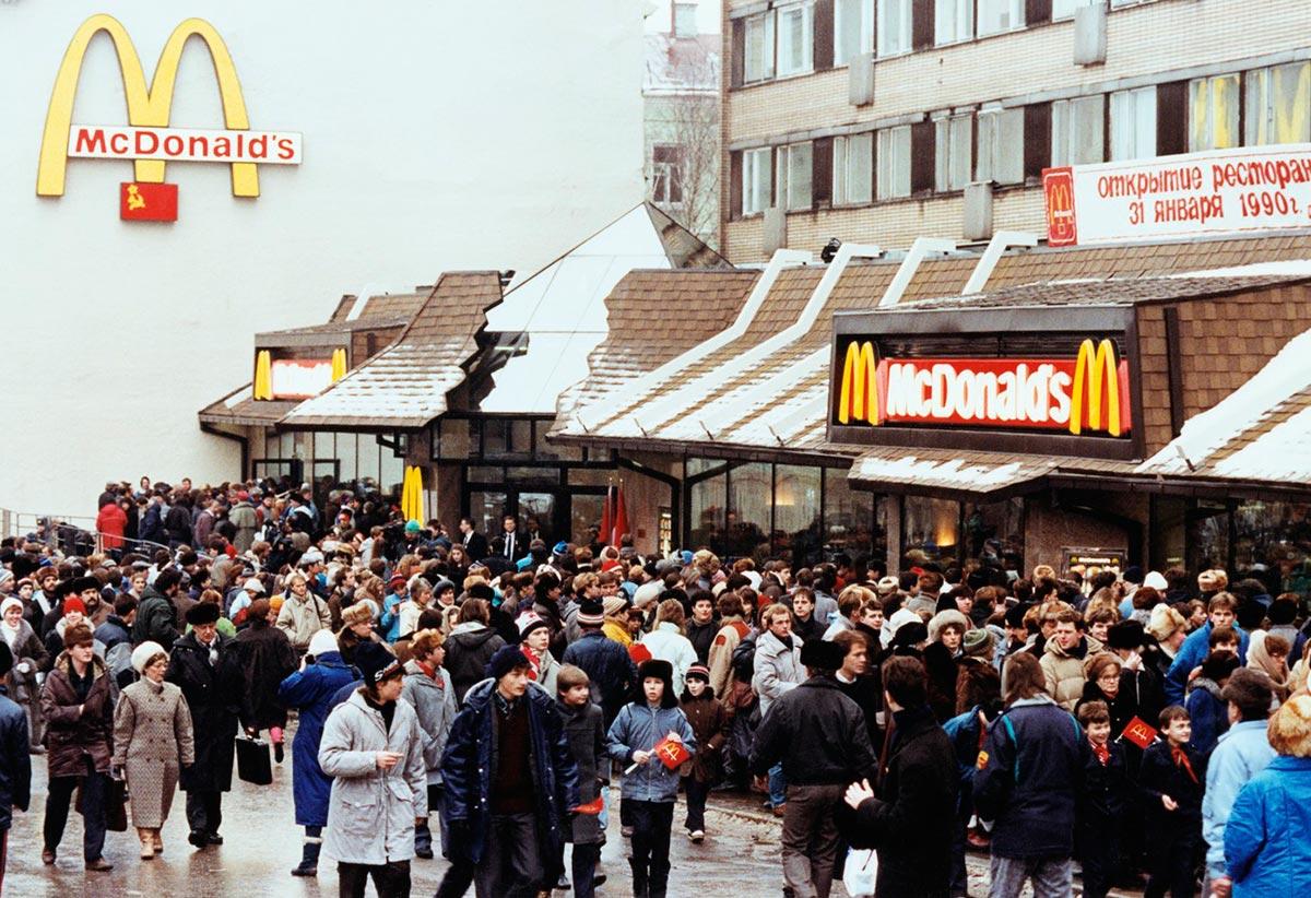 В 1990 году в москве открылся первый