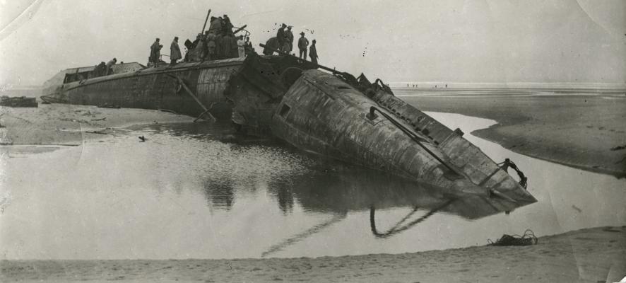 всплывшая подводная лодка времен второй мировой войны