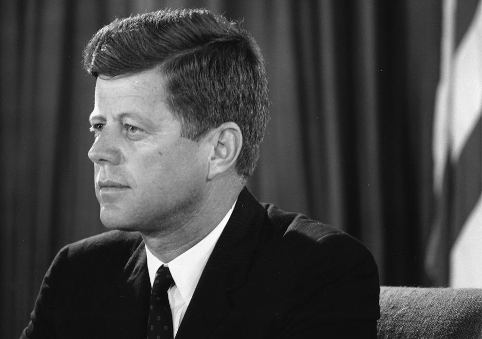 Президент Джон Ф. Кеннеди обращается к нации из Овального кабинета во время кризиса  в Берлине