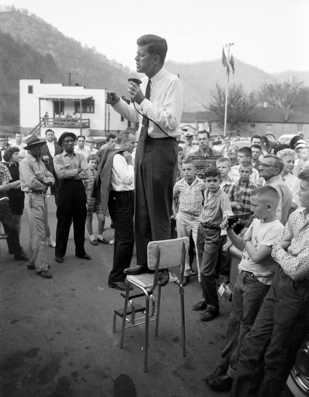 Джон Кеннеди выступает на предвыборном митинге, в  Logan County, штат Западная Вир�