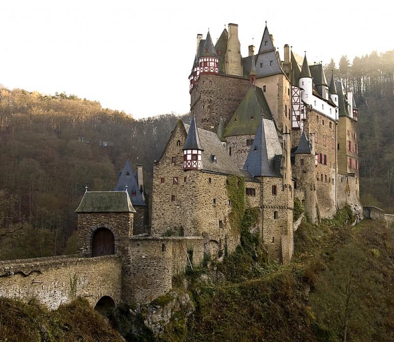Эльц Замок средневековый замок расположенный в холмах над реке Мозель между Кобленц и Трир, Германия.
