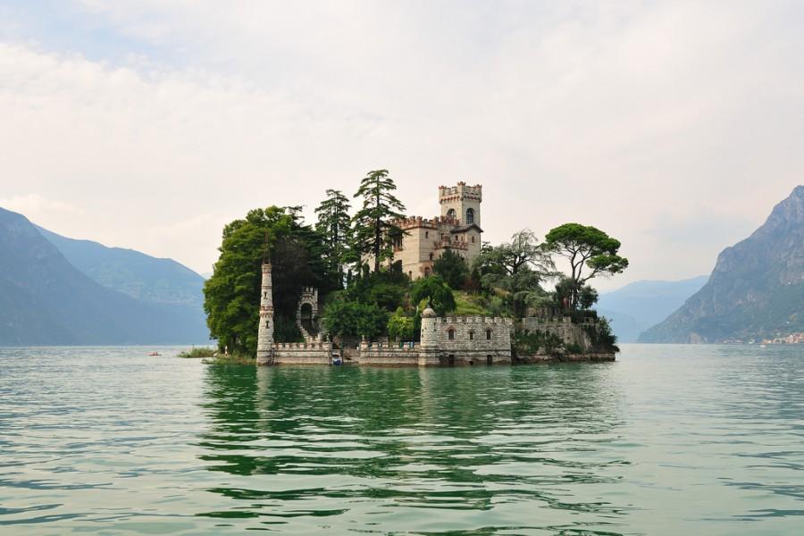 Изола-ди Лорето с неоготическом замке около 900 года, Италия