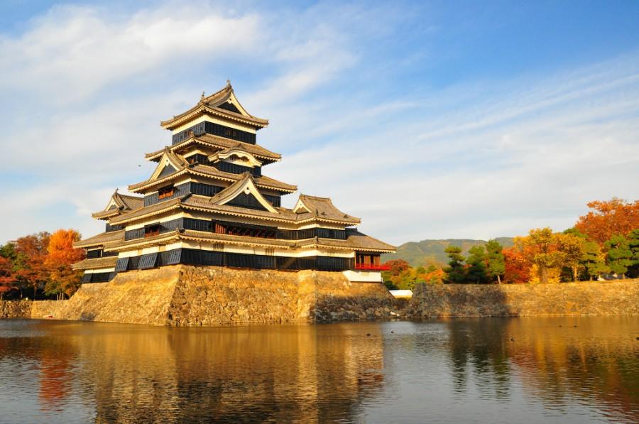 Мацумото Ворон замок. Глядя со стороны замка, кажется, пять этажей. Но есть и скрытые этаже для хранения пороха и продовольствия.