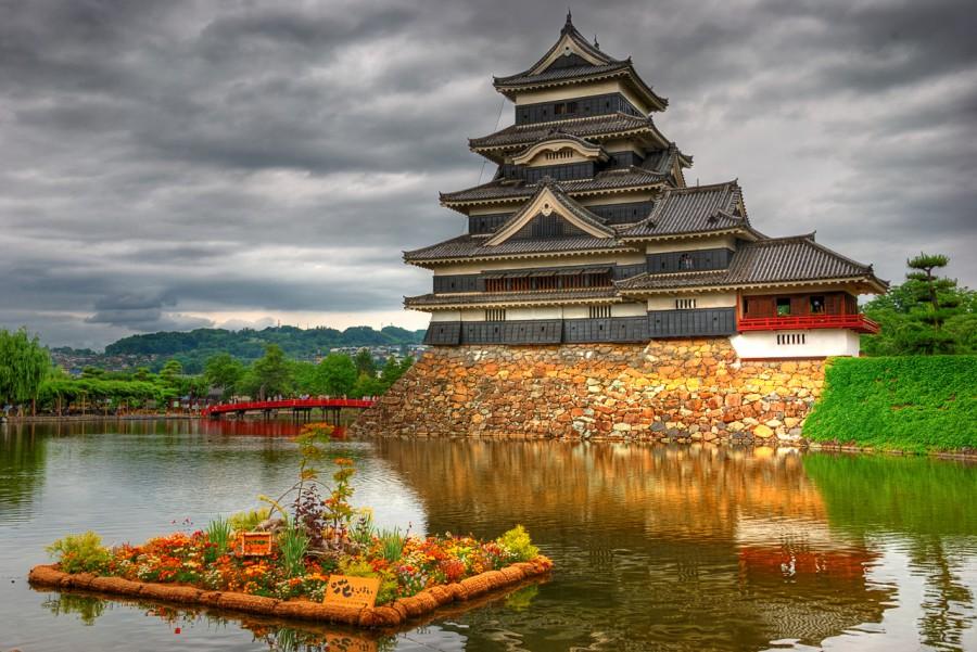 Замок Мацумото. Этот исторический замок оригинальной конструкции, и один из 4 замков в Японии, которые принадлежат к  национальному достоянию.