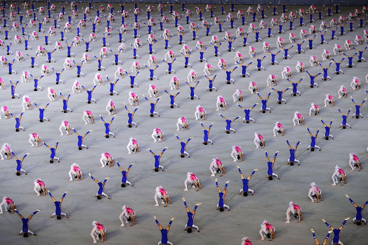 Гімнасти показують різні фігури.