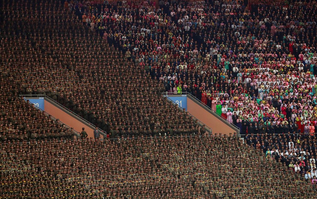 Військові та цивільні на трибунах стадіону.