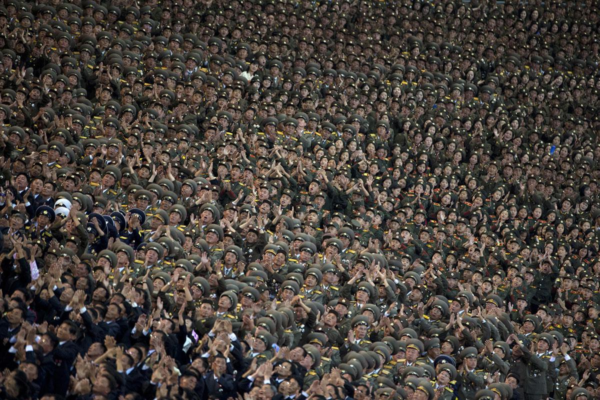 Військові аплодують, під час виступу лідера Кім Чен Ина.