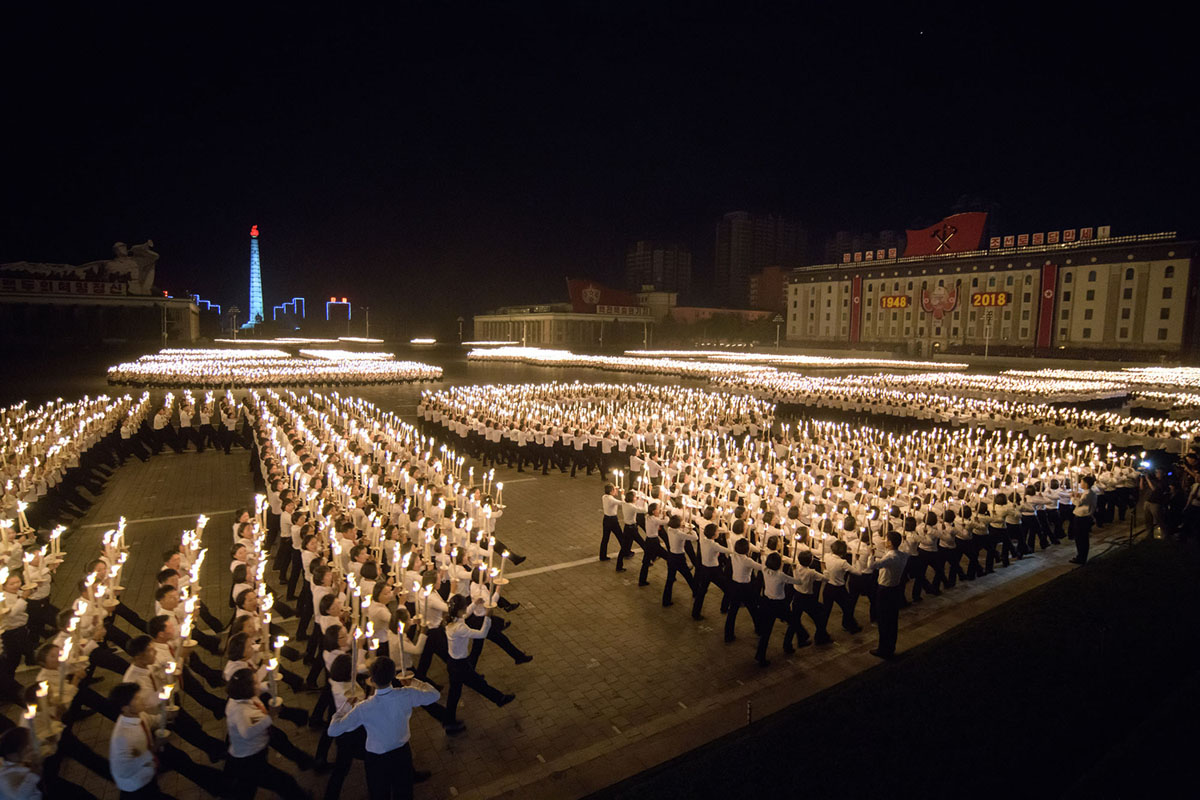 Учасники факельної ходи на площі Кім Ір Сена.