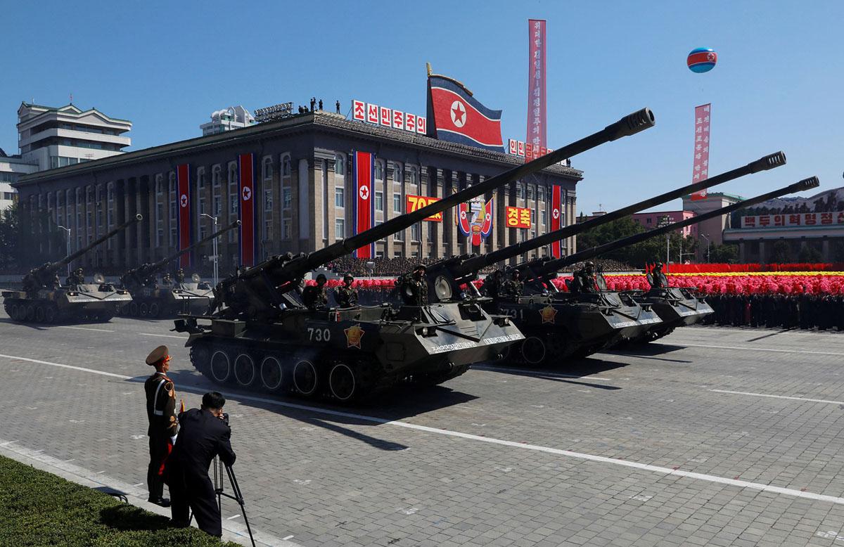 Самохідні артилерійські підрозділи проходять під час військового параду в Пхеньяні.