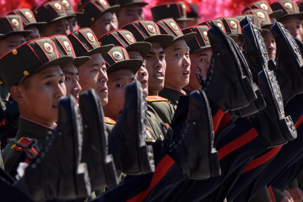Солдати марширують на параді.