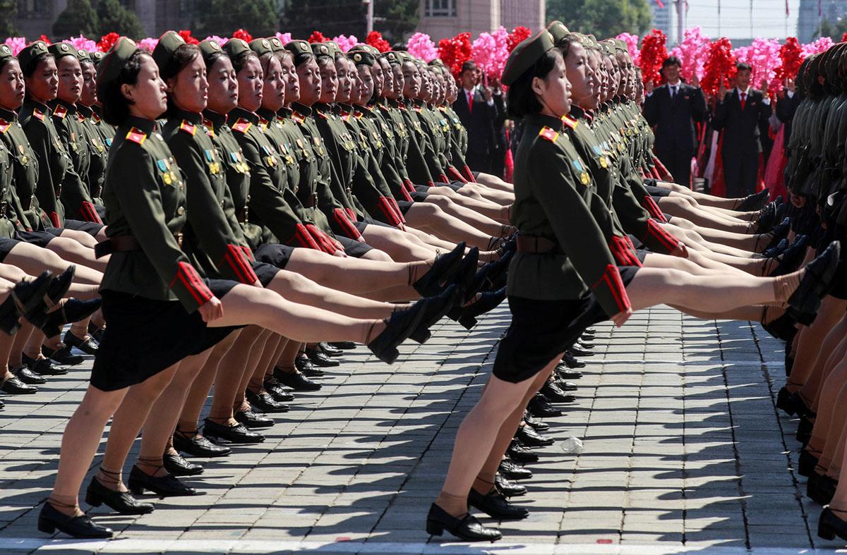На площі Кім Ір Сена проходять жіночі військові підрозділи.