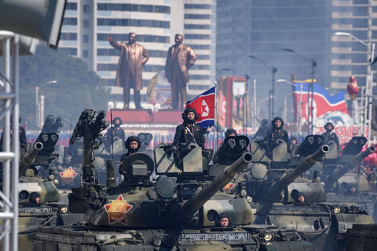 Танки корейської армії проїжджають по площі.  На задньому плані статуї Кім Ір Сена і Кім Чен Іра.